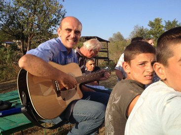 1-Singing-with-the-Roma-teenagers-1